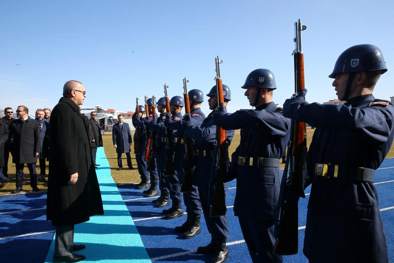 Il presidente turco Erdogan in visita ai suoi soldati (Foto: Reuters)