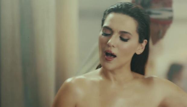 """La cantante Demet Akalin nel video di 'Damn You Love', brano finito nella lista nera della TRT per """"attentato alla moralità pubblica"""""""