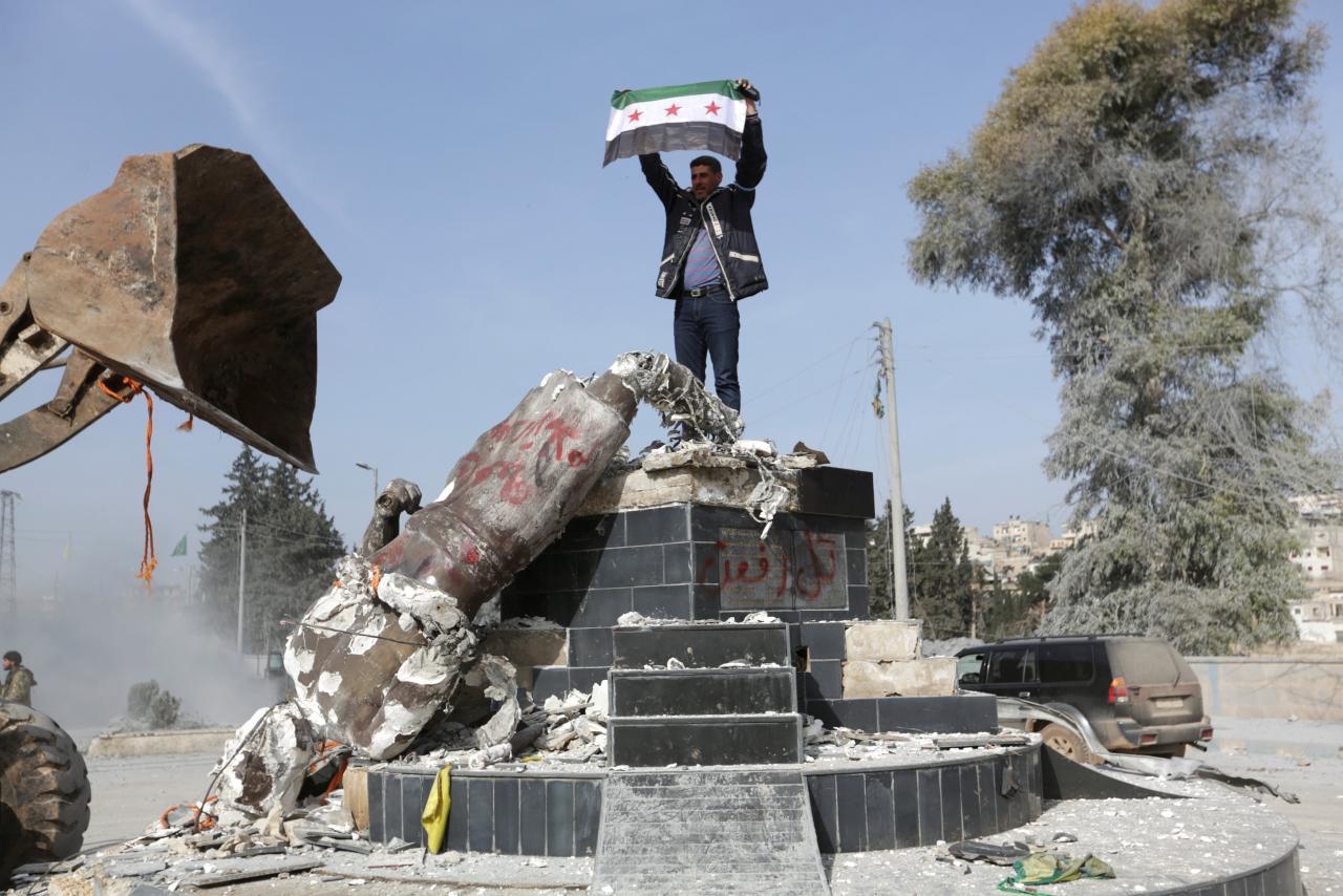 La statua di Kawa ad Afrin distrutta dai miliziani dell'Els (Foto: Reuters)