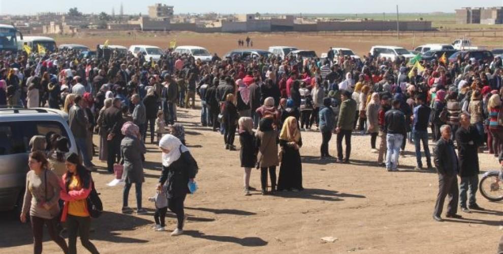 Carovana di migliaia di civili d Rojava arrivata ad Afrin ieri (Fonte: AnfEnglish)