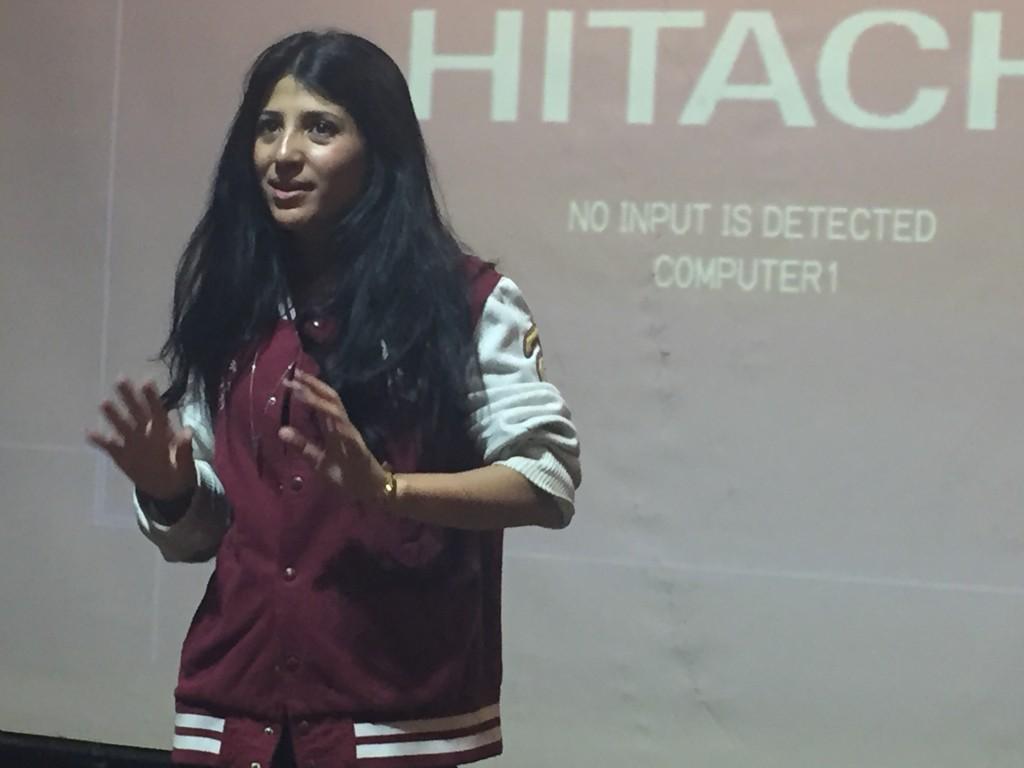 Una giovane regista palestinese mentre spiega il contenuto del suo corto
