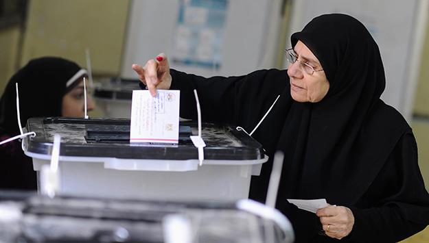 In un seggio elettorale del Cairo (foto di Mohamed Abd El Ghany / Reuters)