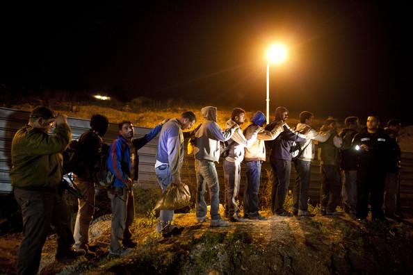 Lavoratori palestinesi illegali fermati dai soldati israeliani (Foto: Uriel Sinai/Getty Images Europe)