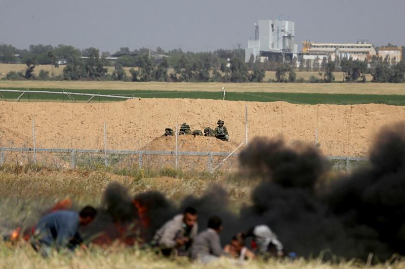 Cecchini israeliani al confine tra la Striscia di Gaza e Israele,  30 marzo. (Foto: Reuters)