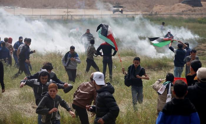 Proteste dei gazawi al confine con Israele. (Foto: Mohammed Salem, Reuters)