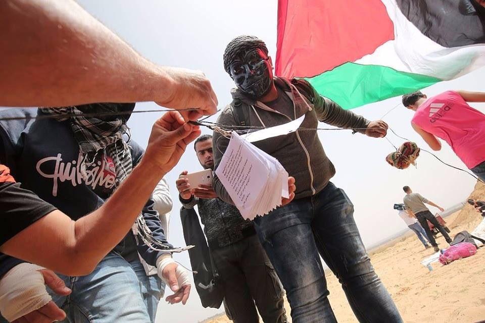 Volantini lanciati dall'esercito israeliano a Gaza (Foto: Twitter)