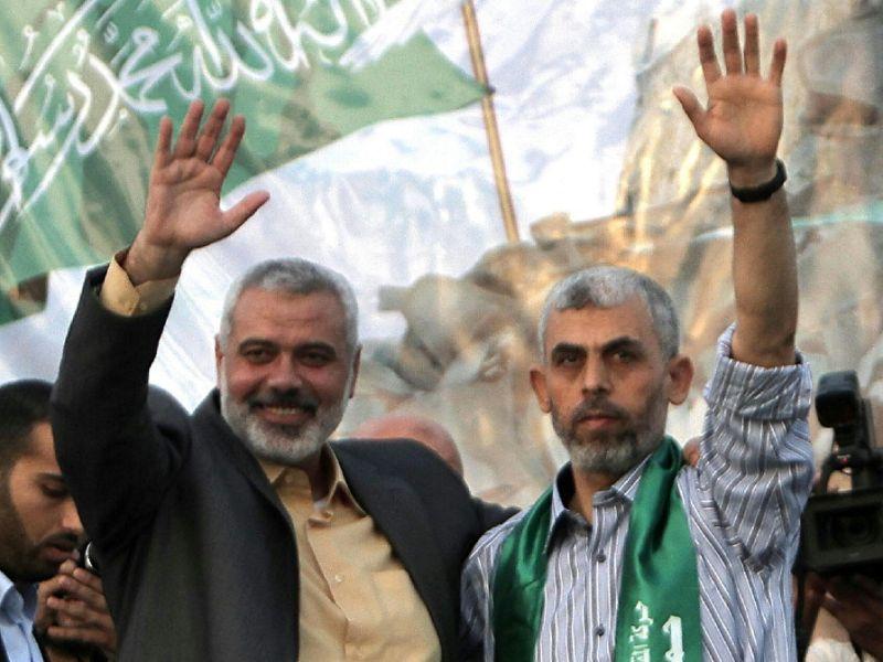I leader di Hamas Haniyeh (sinistra) e quello di Gaza Sinwar