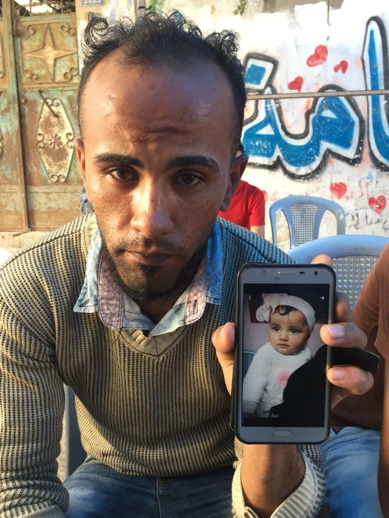 Anwar Ghandour, mostra una foto della figlia (foto di Michele Giorgio)