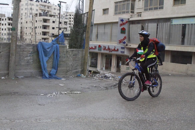 Malak Hassan in bici in Cisgiordania