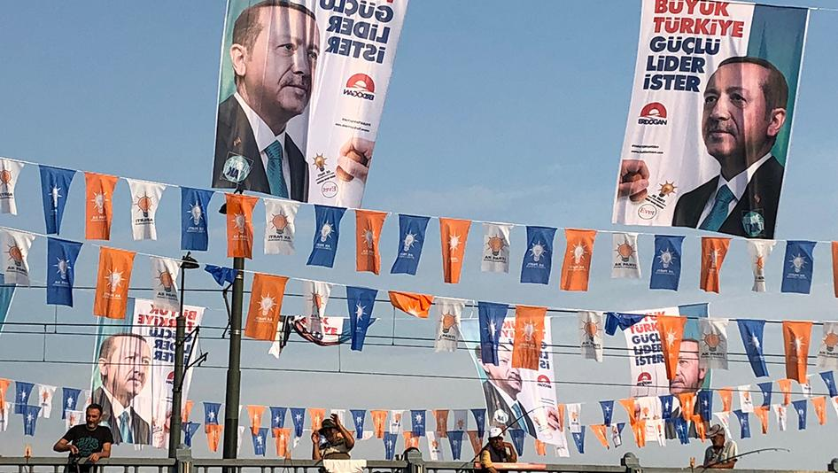 "Poster pro-Erdogan: ""Una grande Turchia vuole un leader forte"". Foto: Human Rights Watch"