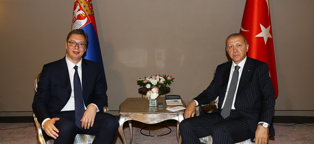 Da sinistra a destra: il presidente serbo Vučić e quello turco Erdogan a destra