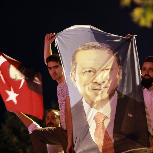 Sostenitori di Erdogan festeggiano a Istanbul (Foto: Hurriyet News)