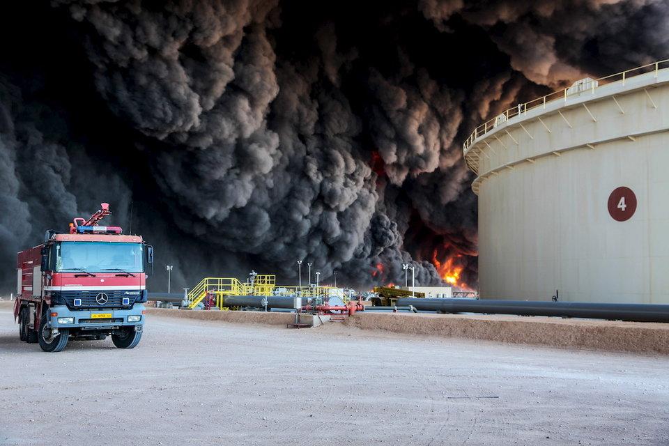 Incendio a Ras Lanuf, in Libia (Foto: Reuters)