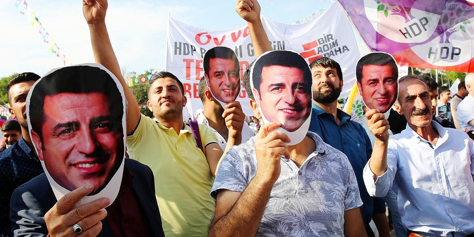 Sostenitori dell'Hdp indossano la maschera del leader Demirtas