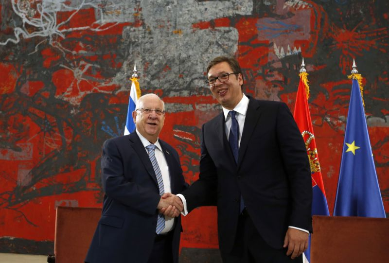 Il presidente israeliano Reuven Rivlin (sinistra) e il suo pari serbo Aleksandar Vucic