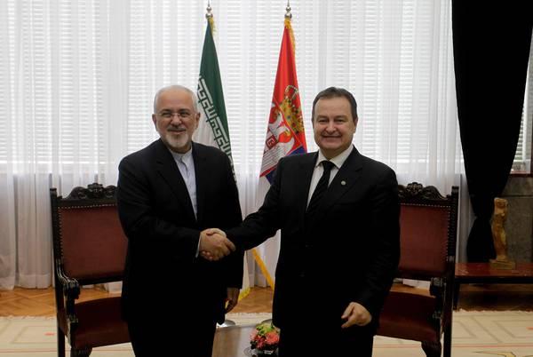 Il ministro iraniano Javad Zarif e il suo omologo serbo Ivica Dacic (destra) lo scorso febbraio