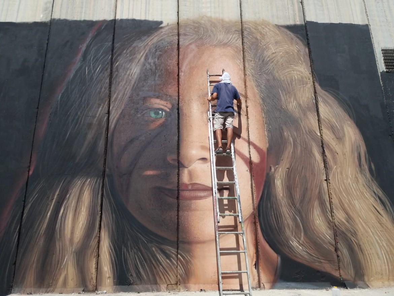 Jorit al lavoro: il volto di Ahed Tamimi a Betlemme © Michele Giorgio