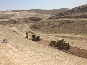 Bulldozer in azione a Khan al-Ahmar. (Foto: Michele Giorgio)