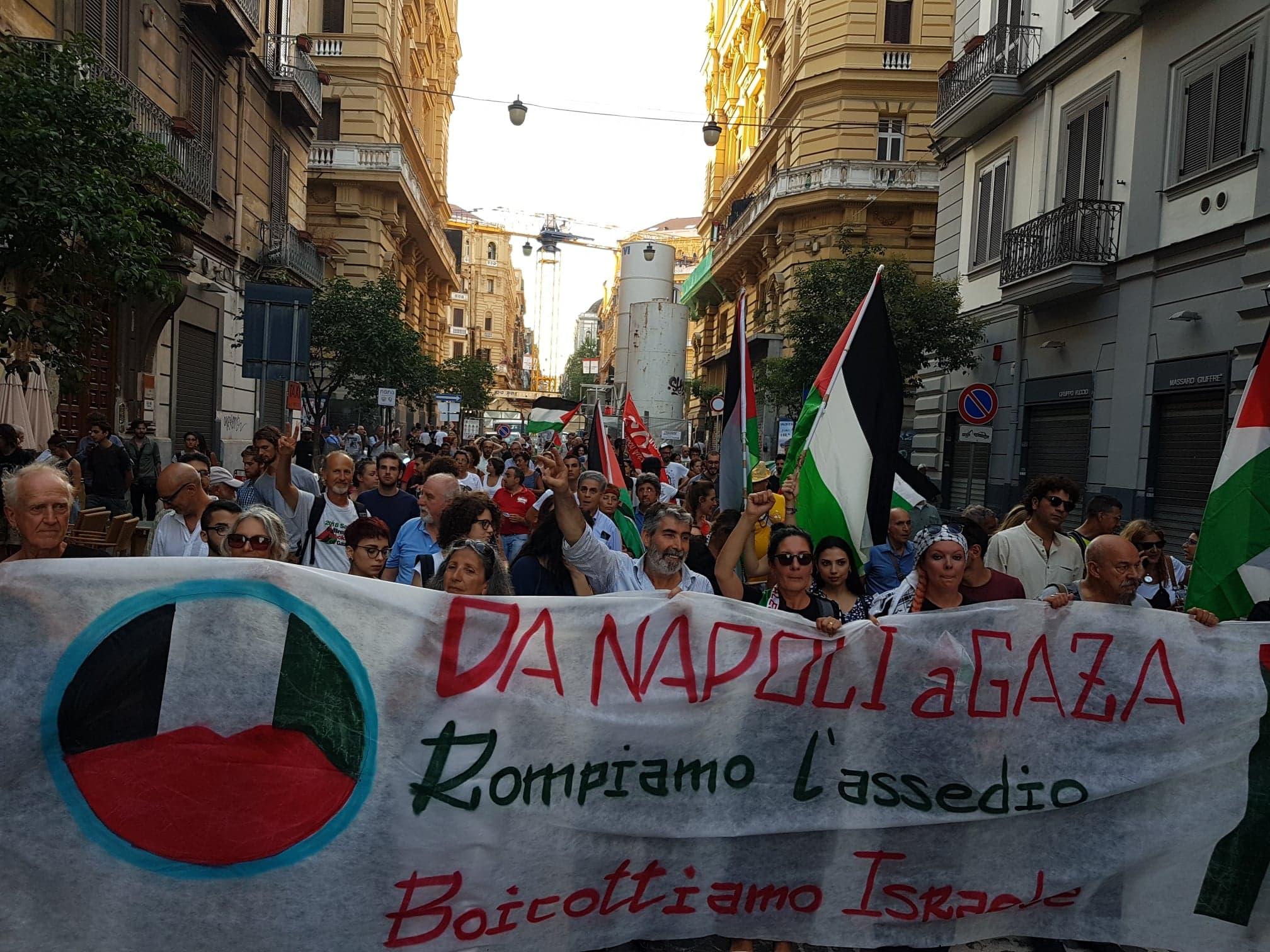 Il corteo d'accoglienza per la Freedom Flotilla ieri a Napoli (Foto: Nena News)