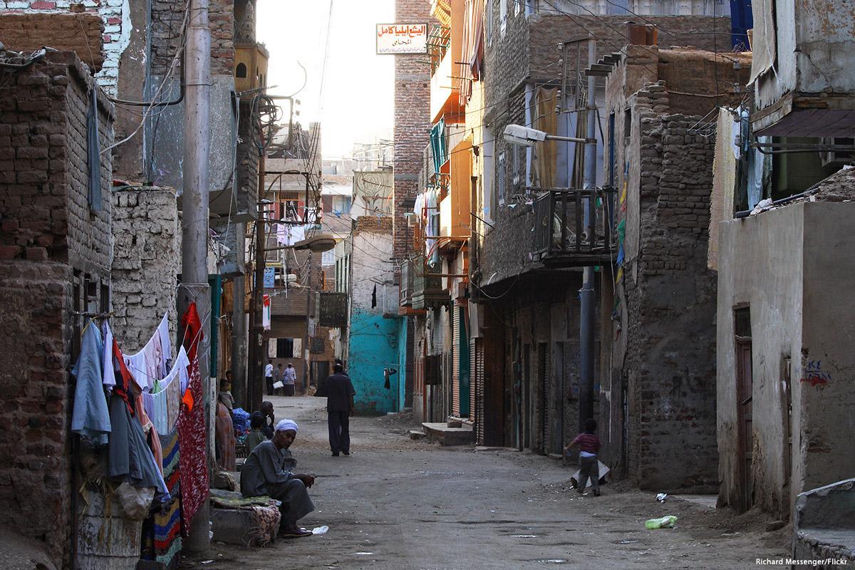 Un quartiere povero a Luxor [Foto: Richard Messenger/Flickr]