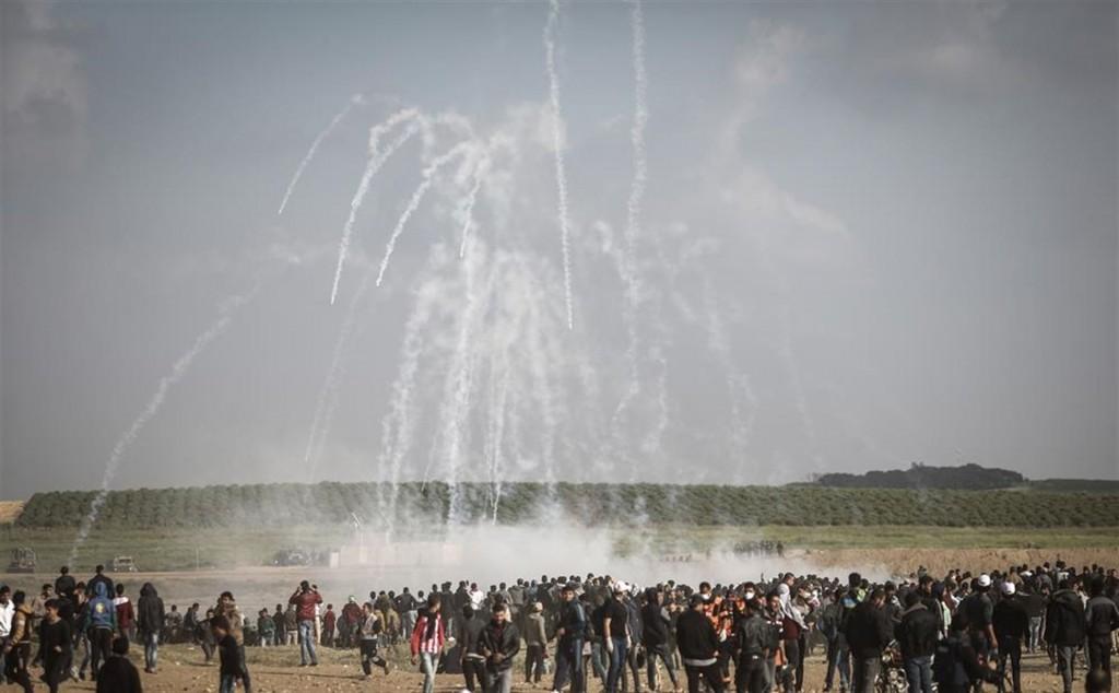 Pioggia di lacrimogeni sui manifestanti a Gaza
