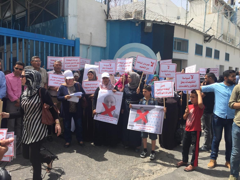 La protesta ieri di fronte alla sede dell'Unrwa a Gaza (Foto: Michele Giorgio)
