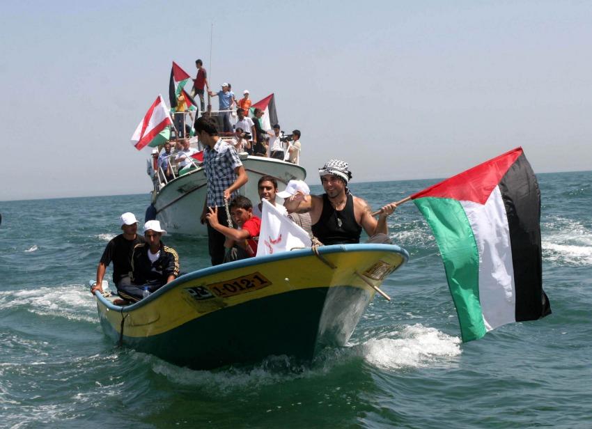 Vittorio Arrigoni a bordo di un'imbarcazione nel mare di Gaza