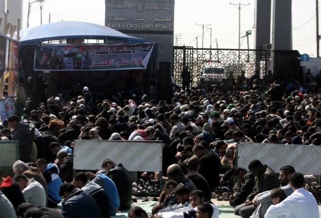 Palestinesi in attesa al valico di Gaza con l'Egitto