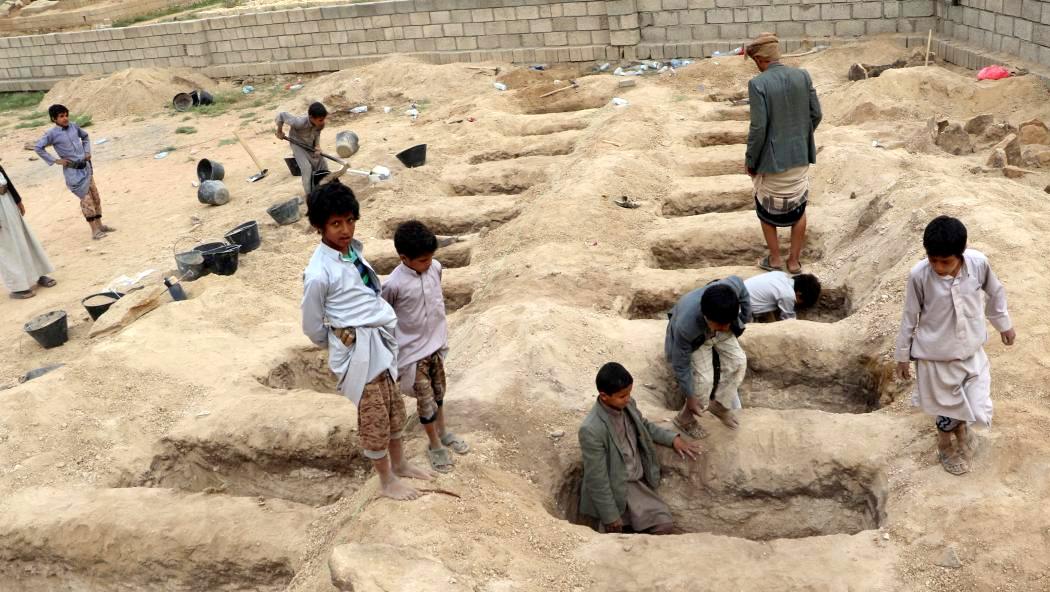 Le tombe scavate per i bambini vittime del raid di metà agosto contro uno scuolabus
