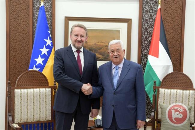 Il premier bosniaco Izetbegović durante l'incontro con Abbas