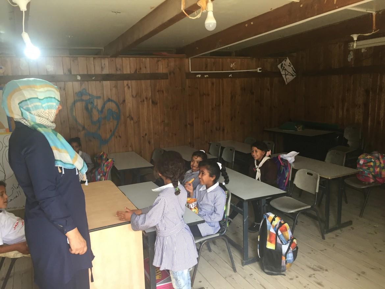 Khan al Ahmar. Un'aula della Scuola di Gomme © Michele Giorgio