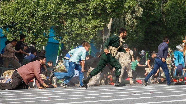 Persone in fuga ad Ahvaz, durante la parata di sabato