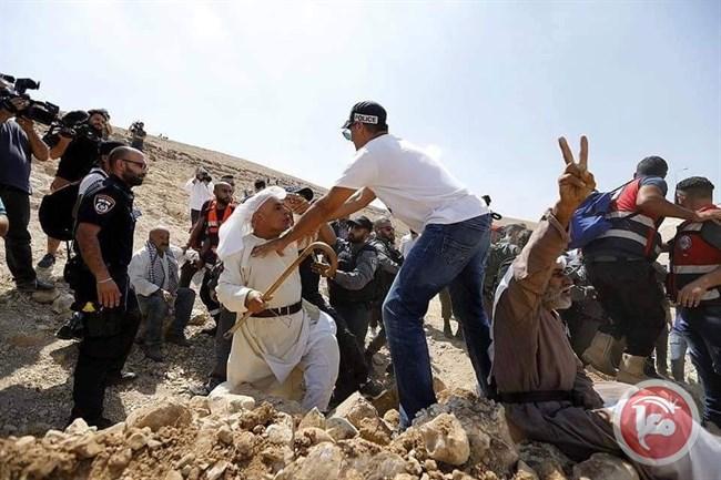 La polizia israeliana contro i residenti di Khan al-Ahmar  (Foto: Maan News)