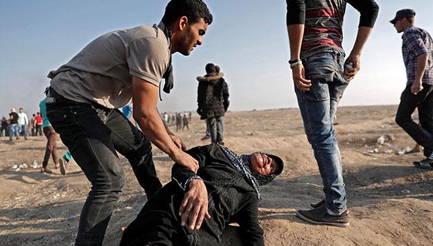 Una donna palestinese ferita durante la Marcia del Ritorno (foto di THOMAS COEX/AFP/Getty Images