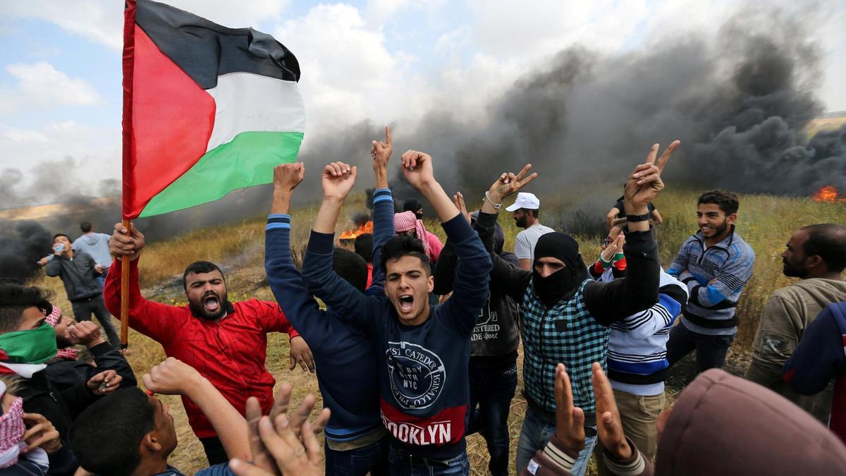 Manifestanti palestinesi protestano nella Striscia di Gaza (Foto: Ibraheem Abu Mustafa. Reuters)