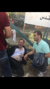 L'attivista palestinese ferito dalla pistola elettrica taser usata dalla polizia israeliana (foto Michele Giorgio)