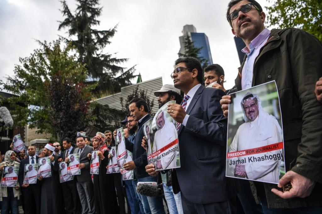 La protesta al consolato saudita di Istanbul per la sparizione del giornalista Khashoggi (foto Afp)