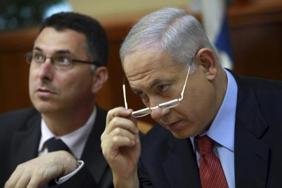 Gideon Saar e Benyamin Netanyahu (foto REUTERS/David Silverman)