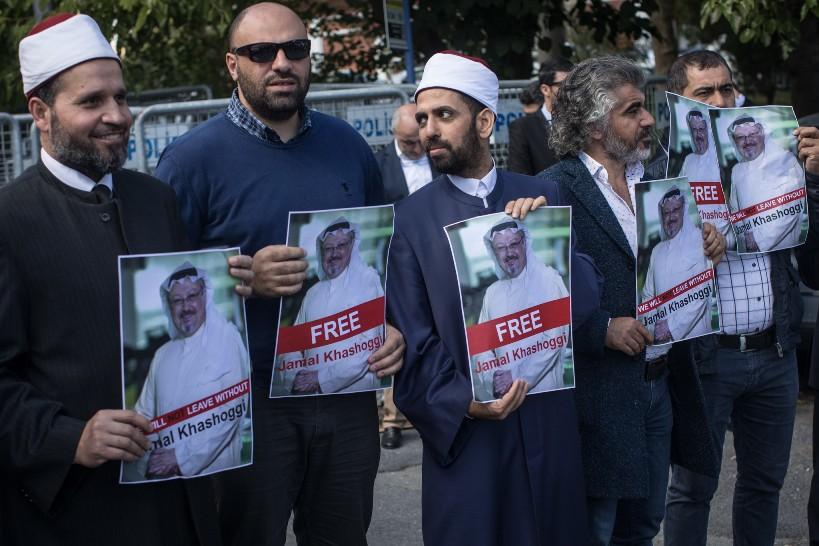 Protesta davanti al consolato saudita a Istanbul (Fonte: Chicago Tribune)