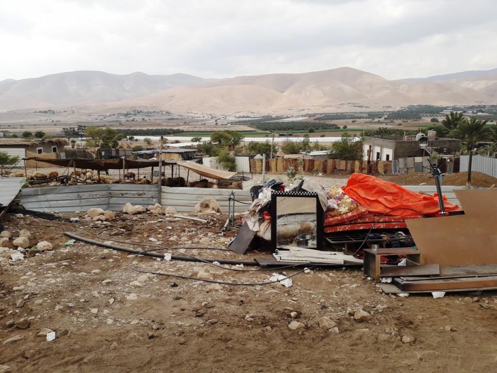 Una casa appena demolita nella Valle del Giordano (Foto: Chiara Cruciati/Nena News)