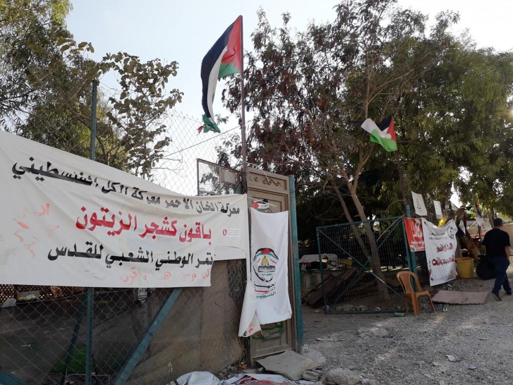 L'ingresso dell'accampamento della resistenza di Khan al-Ahmar (Foto: Chiara Cruciati/Nena News)