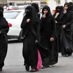 ARABIA SAUDITA. Vestite alla rovescia, la sfida delle donne saudite allo Stato
