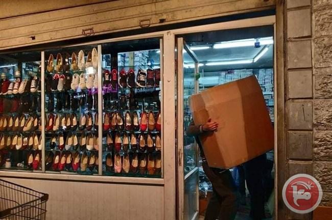 I negozianti di Shuafat svuotano i negozi prima della demolizione (Foto: Maan News)