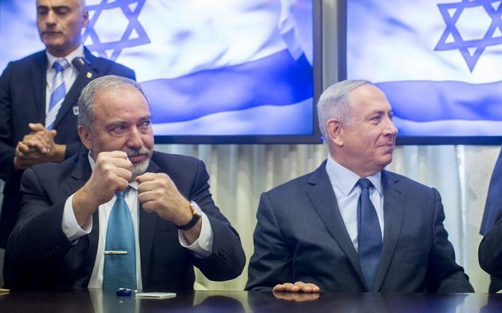 Il ministro della difesa dimissionario Lieberman con il premier Netanyahu (foto di Yonatan Sindel/FLASH90)