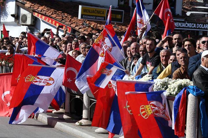 La popolazione di Novi Pazar accoglie Erdogan con le bandiere serbe e turche