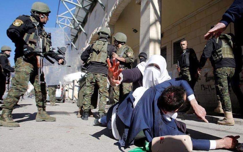 La polizia palestinese contro i manifestanti a Hebron (Fonte: Twitter)