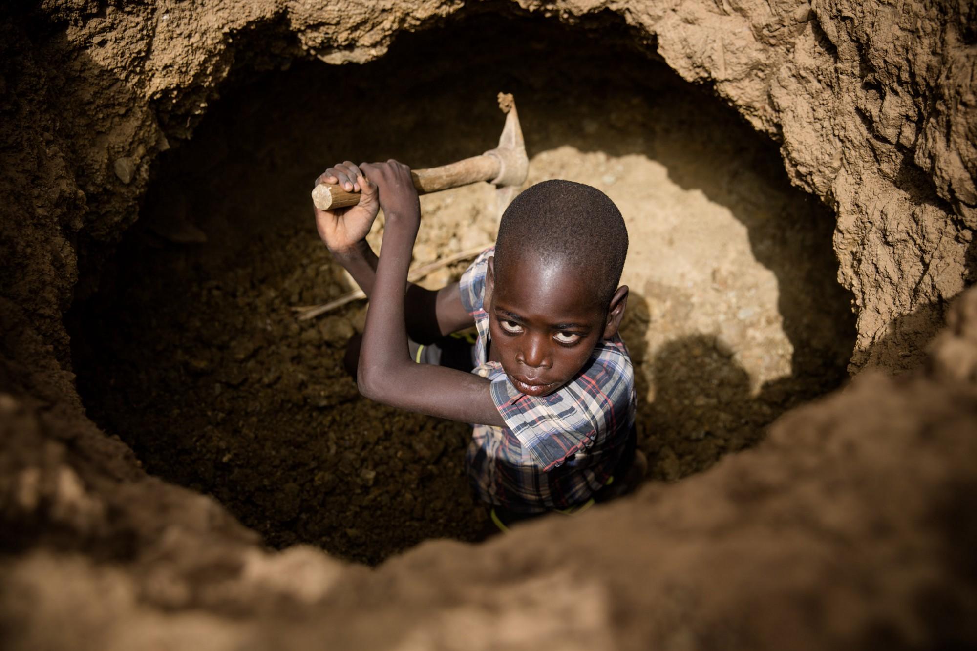 Un bambino in una miniera d'oro in Burkina Faso (Foto: Unicef/Garcia)