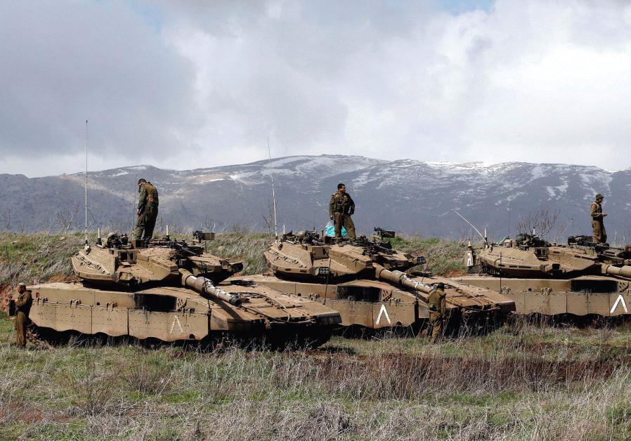 Carri armati israeliani sul Golan occupato (foto: Reuters)
