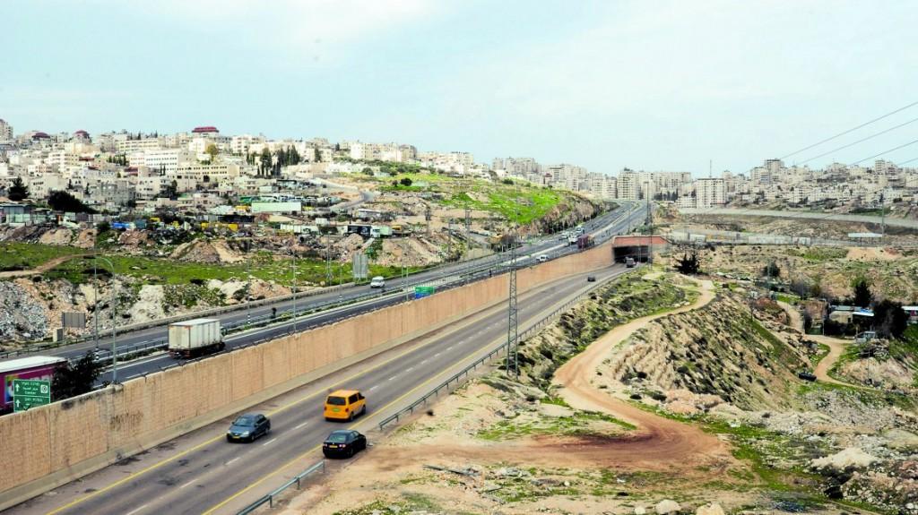 La strada «dell'apartheid», la Road 4370, divisa a metà da un muro © Shady Giorgio