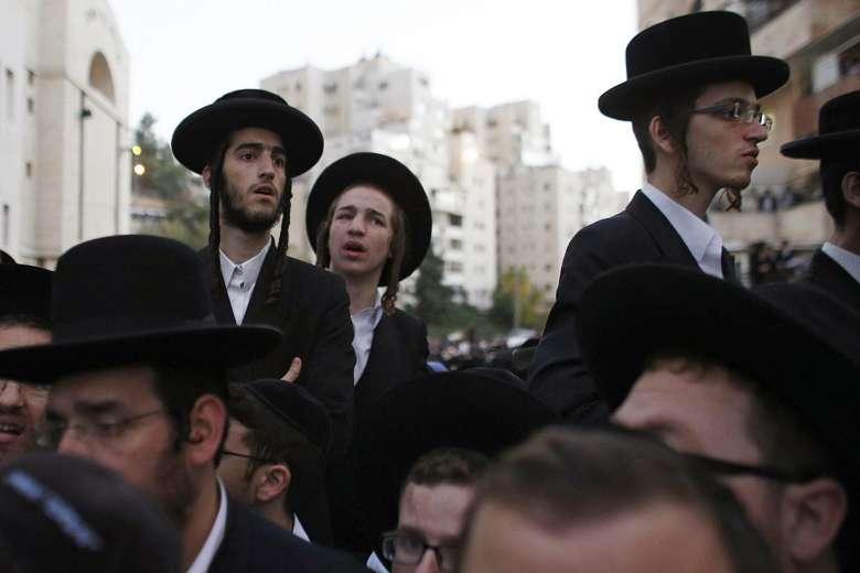 Ultraortodossi israeliani partecipano al funerale di  Aryeh Kupinsky, Kalman Levine e Avraham Goldberg a Gerusalemme, il 18 novembre 2014. (Foto: Reuters)